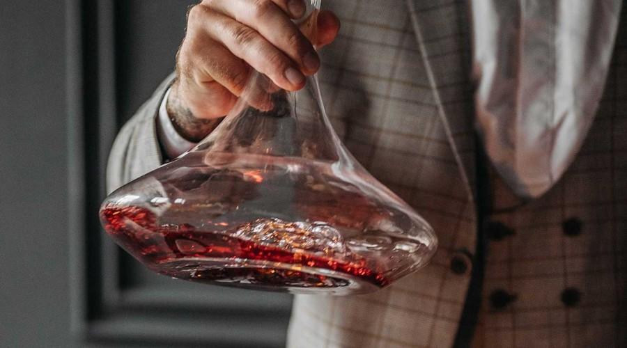 Sommelier con decanter di vino rosso